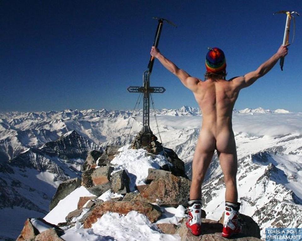 tous à poil au ski histoire de se rafraîchir les couilles et d'avoir la bite au frais.#neige #ski #couilles #bite #vacances #montagne