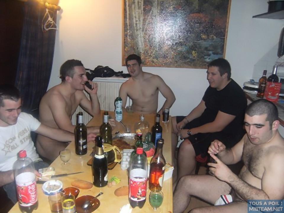 Apéro à poil avec les potes. Equipe de rugby#saoul #bourré #couilles #bite #cul