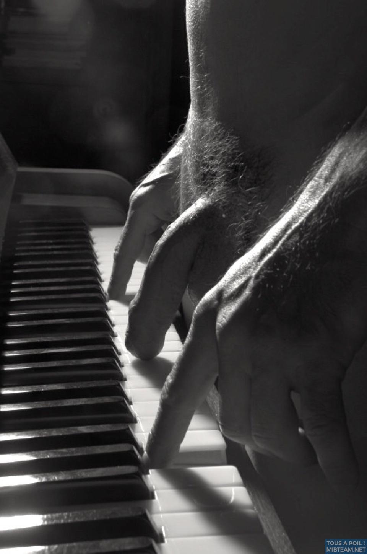 On connaissait le piano à quatre mains..Sais tu jouer du piano à 3 doigts ??